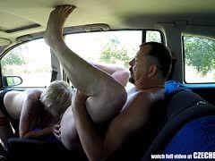 Amateur Liebespaar beim Autosex erwischt
